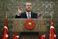 Turecko vyhrožuje Evropě vpuštěním uprchlíků. NATO vyráží poprvé na pomoc