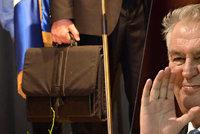 Co skrývá aktovka, kterou nosí bodyguard prezidenta Zemana? Rušičku, nebo karimatku?
