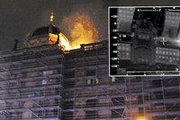Pohled z helikoptéry: Plameny ničí Národní muzeum v Praze