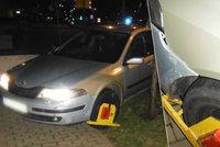 Agresivní opilec se rozjel i s botičkou na kole auta: Policisté mu naměřili přes dvě promile