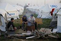 """Haly pro uprchlíky lehly v Řecku popelem. """"Může za to žhář,"""" tvrdí hasiči"""