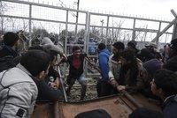 Migranti železnými tyčemi a kamením prorazili hranici. Čekal je slzný plyn