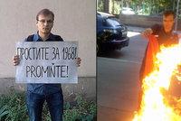 Spálil vlajku SSSR a omlouval se za okupaci 1968. Rus v Česku dostal azyl