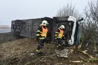 Vážná nehoda autobusu na Lounsku: 43 zraněných dětí