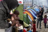 Miminko se narodilo uprostřed uprchlického tábora: Myjí ho přímo v louži
