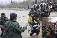 Nezastaví je ani rozvodněná řeka: Uprchlíci pokořili uzavřenou hranici