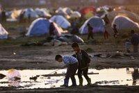 Do Atén míří 2 tisíce běženců. Loď přinesla do Řecka i mrtvé uprchlíky