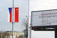 """Prezidenta Číny vítá v Praze les vlajek. """"Lezeme jim do zadnice,"""" zuří starosta"""