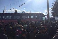 Řekové vyklízejí tábor uprchlické bezmoci. Migranty z Idomeni odveze 20 autobusů