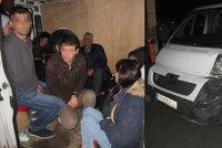 Převaděč se zákazem řízení vezl 17 uprchlíků, těsnili se v dodávce
