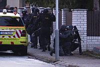 Drama v Praze: Muž střílel na přítelkyni, pak se zabarikádoval v domě