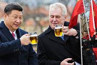 Rudí vítači, potyčky a mámení penězi: 49 hodin čínského Si zamávalo Českem