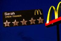 Škrcení kvůli burgerům i visící penis transvestity: Pracovníci McDonald's popsali noční šichtu