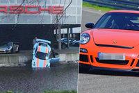Automechanik zaparkoval porsche do kanálu: Myslíte, že přechlastal motor?