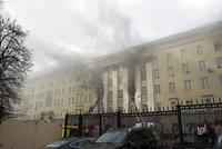 Ruské ministerstvo obrany v plamenech: Na místě zasahuje 30 hasičských vozů