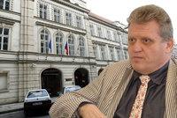"""Právník se diví ČSSD: """"Proč hned platí miliony Altnerovi? Je cesta ven"""""""
