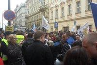 """""""Nic než národ,"""" odmítali lidé v Praze uprchlíky. A Sládek měl problémy v rodině"""