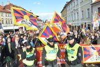 Vytrhli demonstrantce tibetskou vlajku: Incident se vrací před soud