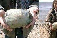Manželé našli na pláži smradlavou hmotu: Velrybí zvratky z nich udělají milionáře!