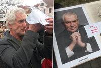 Hanák s maskou ovce, pískot i děkování: Na Zemana v Berouně čekaly stovky lidí