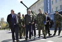 Prezident kývl na víc peněz pro vojáky. Zeman podepsal konec danění výsluh