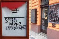"""Smrt zastáncům tolerance a běženců: Vandalové zaútočili na """"pražskou kavárnu"""""""