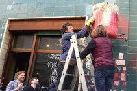 Ministři odsoudili vandaly, kteří posprejovali kavárny hákovými kříži