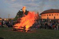 Muž (37) nepřeskočil čarodějnickou vatru. S popáleninami skončil na chirurgii
