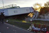 """Vážná nehoda u Kadaně: Autobus """"zrušil"""" parovod, šest těžce zraněných"""