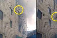 Matka z okna hořícího domu vyhodila tři děti, pak za nimi vyskočila sama