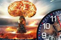 """Světu tikají """"hodiny zkázy"""": Od jaderné války nás dělí tři minuty, říká Chomsky"""