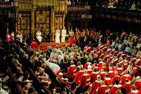 Alžběta II. burcovala poslance: Půjdeme do boje proti terorismu i tlustým dětem