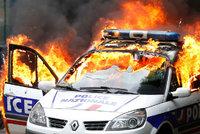 Demonstrace proti násilí ve Francii: Zapálené policejní auto, zranění policisté