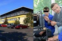 Ředitele jsme museli masírovat nazí, tvrdí studenti pražské školy. Hrozí mu 5 let