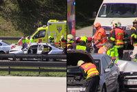 Pražský okruh zablokovala vážná dopravní nehoda: Jednoho člověka museli vystříhat hasiči