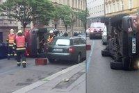 Luxusní BMW si ustlalo na boku: V Lublaňské ulici zasahovali hasiči