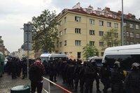 """Aktivisté: """"Bombu si vymyslela sama policie."""" Klinice opět hrozí anonym výbuchem"""