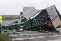 Další pivní tragédie: U Prahy se z kamionu vylily litry zlatavého moku