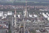 Kralupská rafinerie se kvůli havárii zastavila. Místo výroby dováží