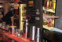 Lupič v Plzni vystřelil na barmanku, minul jen těsně: Policie ho chytila po pár minutách