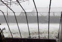 Bouřková smršť v jihočeských Malontech. Kroupy ničily okna a zabily čápa