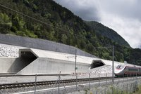 Švýcaři otevřeli nejdelší tunel světa. Měří 57 kilometrů, stavěli ho 17 let