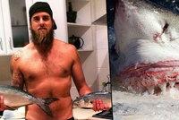 Čelisti v Austrálii. Žralok bílý ukousl surfaři nohu a prkno mu překousl vejpůl