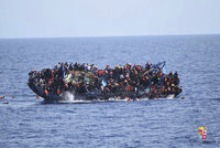 U Kréty se potopila loď se 700 migranty. Zatím jich nezachránili ani půlku