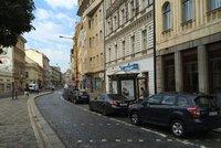 V centru Prahy se lidé hádají kvůli parkování. Místo zabírají i reklamní auta