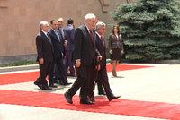 Zeman v Arménii: Uctil oběti genocidy a žertoval o tureckém velvyslanci