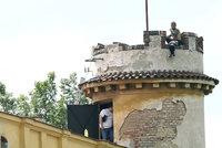 Polonahý cizinec hnízdí už 12 hodin na věži: Vyjednavač ho prosí, aby slezl