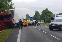 Tragická srážka u Mochova: Řidič osobního auta nepřežil