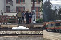 Žena v Řevnici přebíhala koleje: Zachytil ji vlak a na místě zemřela