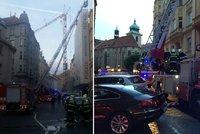 Sedm hasičských jednotek hasilo požár v centru Prahy: Opravovanému domu chytla střecha